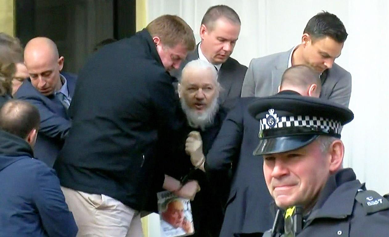 Julian Assange é preso em Londres