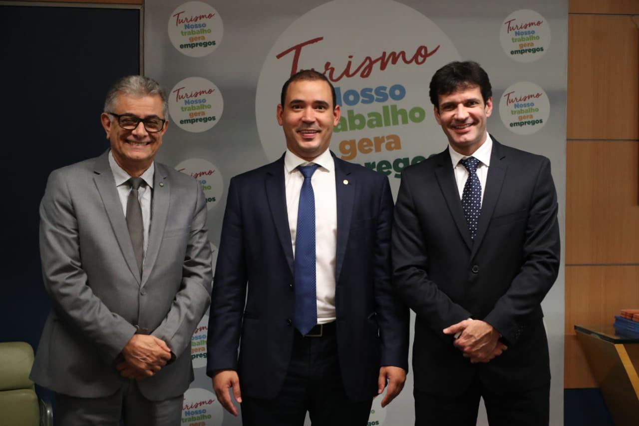 Vicentinho Júnior busca viabilizar recursos para a temporada de praias do Tocantins