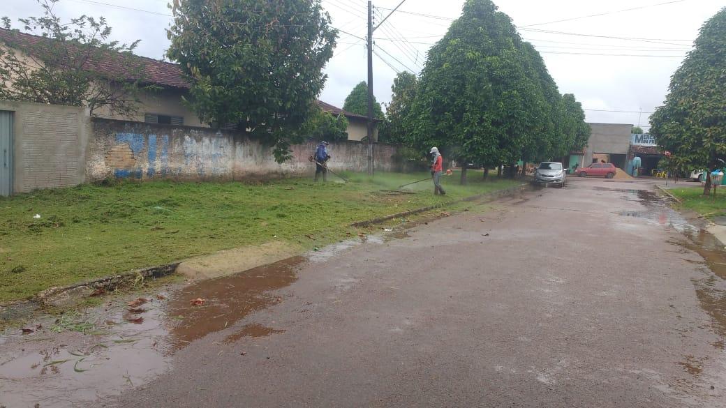 Prefeitura de Dois Irmãos realiza serviços de limpeza de praças e jardins