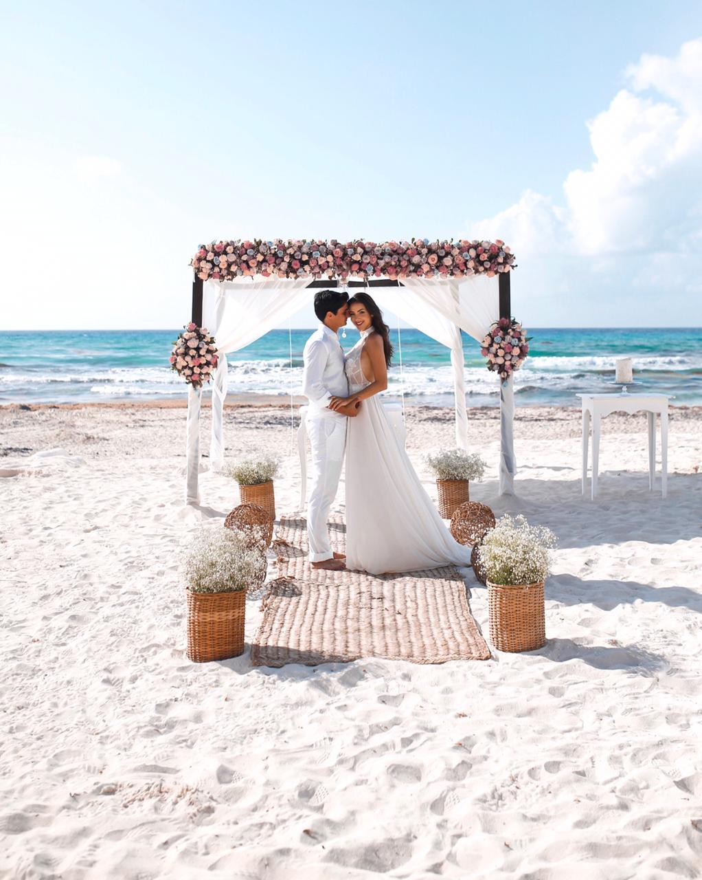 Influencer Raiza Marinari renova votos com o marido em Cancún