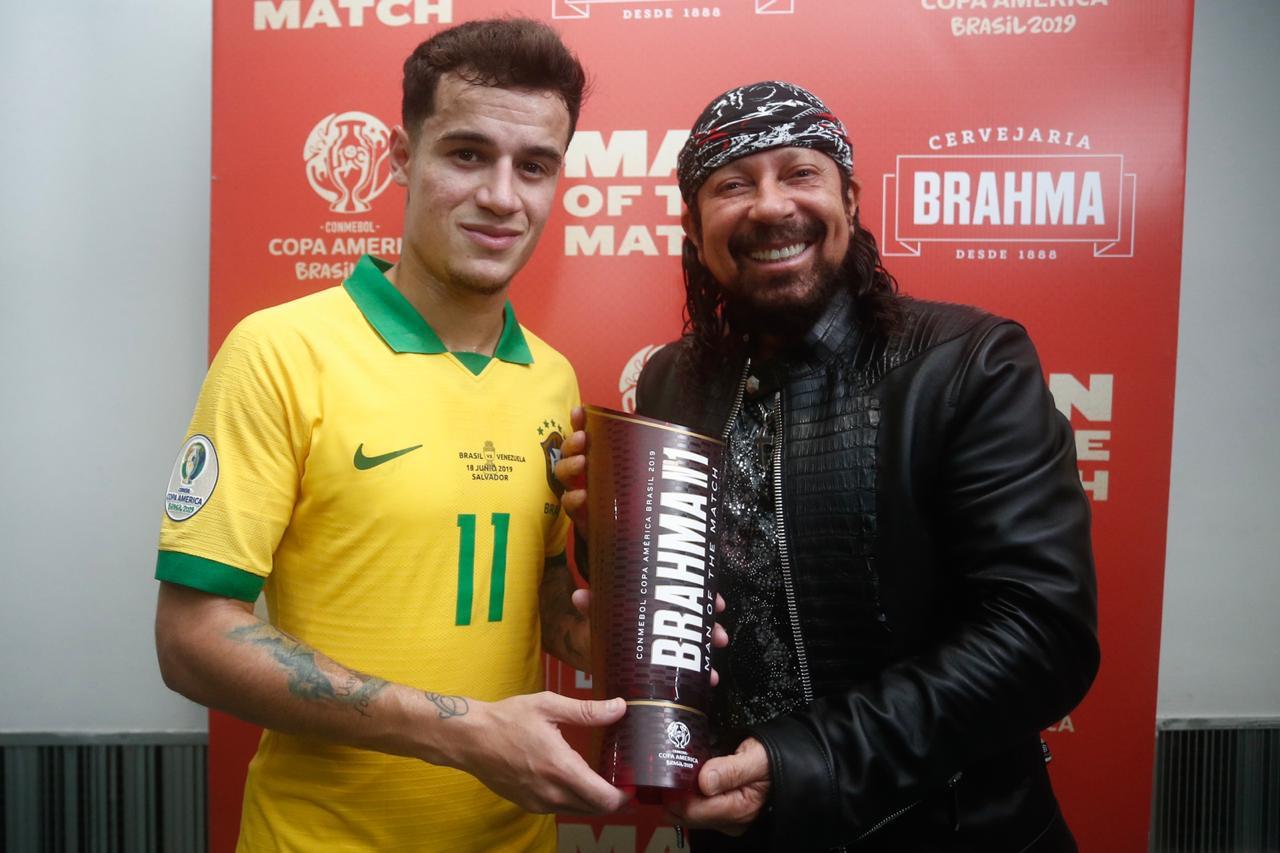 Após agitar a Arena Nº1 Brahma em Salvador, Bell Marques entrega o troféu Brahma Man of the Match em jogo do Brasil da CONMEBOL Copa América Brasil 2019