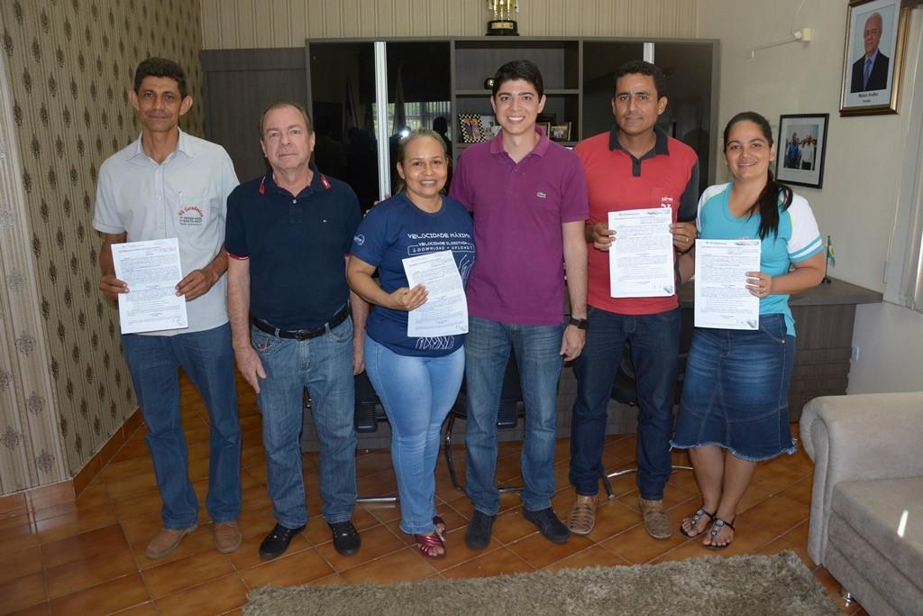 Celso Morais assina contratos de doação de terrenos para empresas de Paraíso