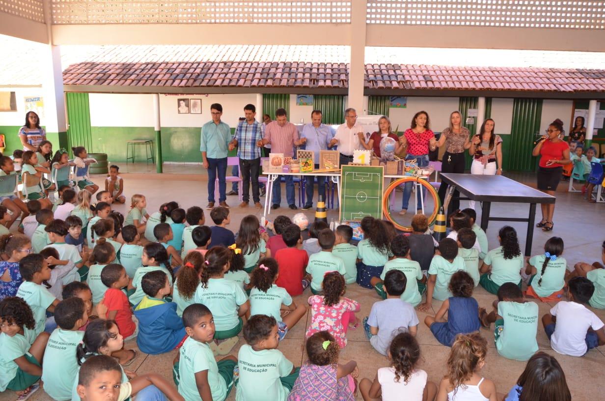 Prefeito Joaquim Maia entrega materiais pedagógicos para os alunos da Escola Maria de Melo em Luzimangues