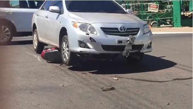 Moto vai parar embaixo de carro após colisão em cruzamento de Araguaína