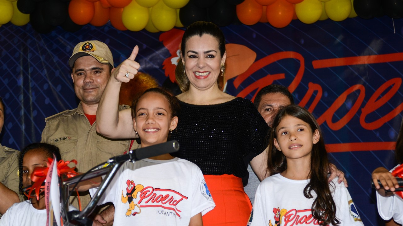 Cinthia Ribeiro é agraciada com o certificado 'Amigo do Proerd' em nova formatura do Programa