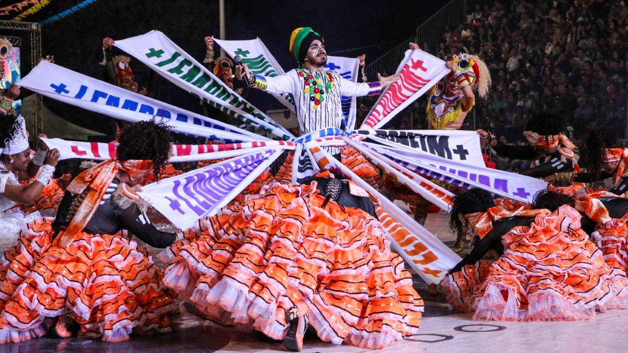 Com arena lotada, juninas fazem um espetáculo cheio de ritmo, cores e fantasia