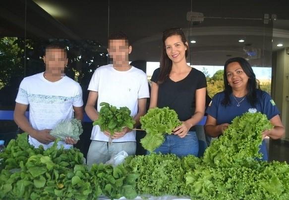 Socioeducandos comercializam hortaliças produzidas no Centro de Atendimento Socioeducativo de Palmas.