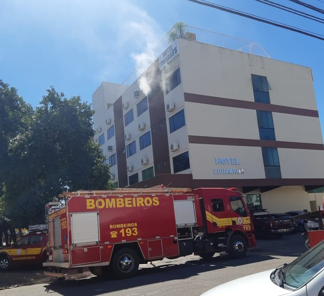 Bombeiros combatem incêndio em hotel no centro de Palmas