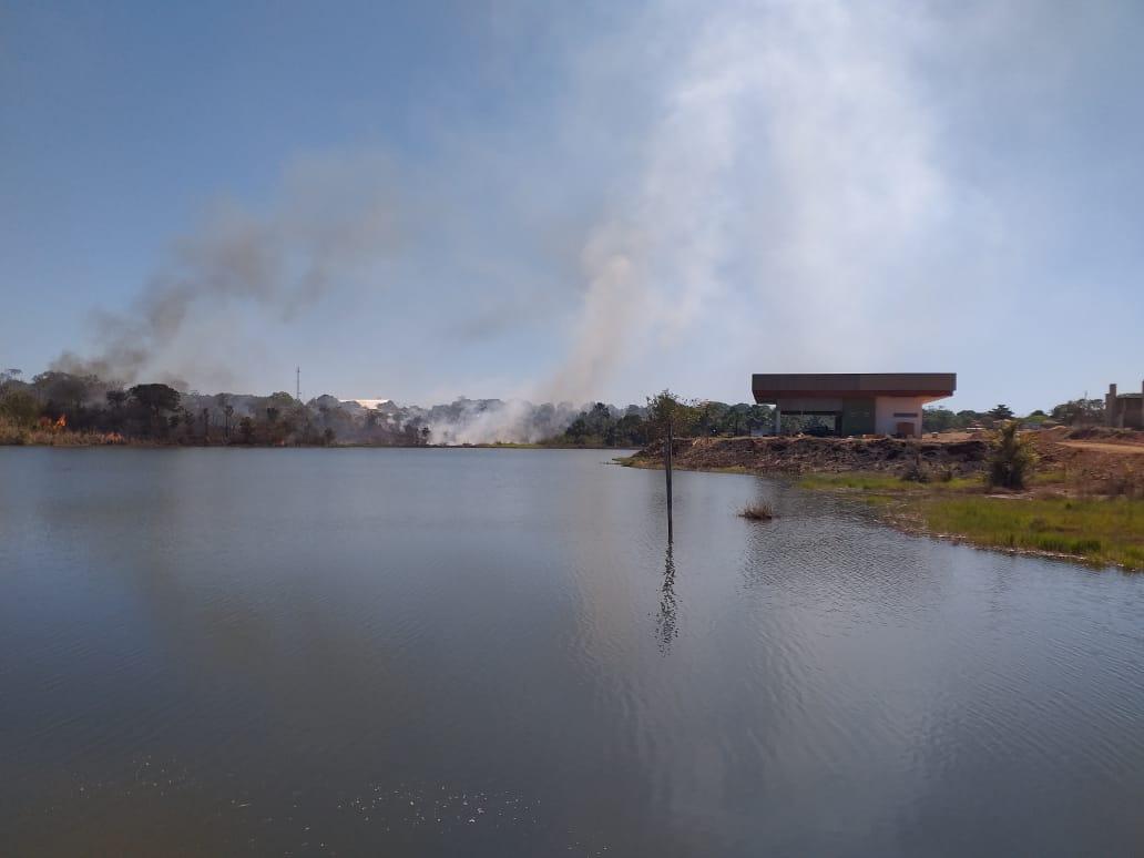 Equipe da Prefeitura de Pium debela fogo no Parque das Nascentes