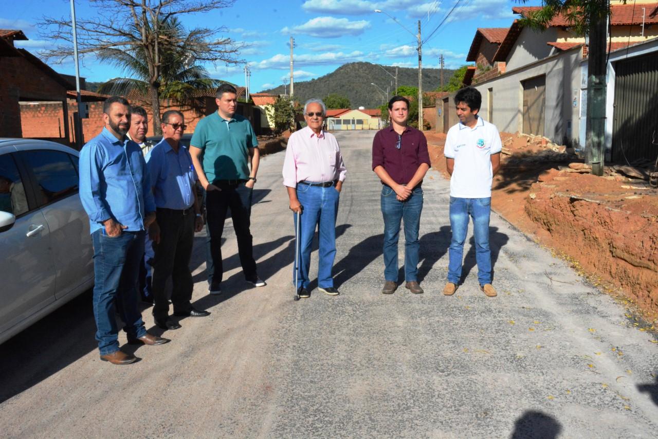 Prefeito Moisés Avelino confere andamento de obra de pavimentação em Paraíso