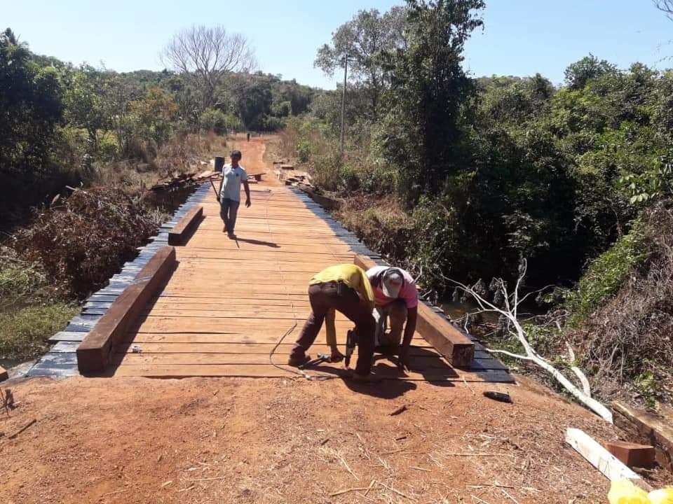 Prefeitura de Monte Santo, com apoio de produtores rurais, recupera ponte sobre o Rio do Couro