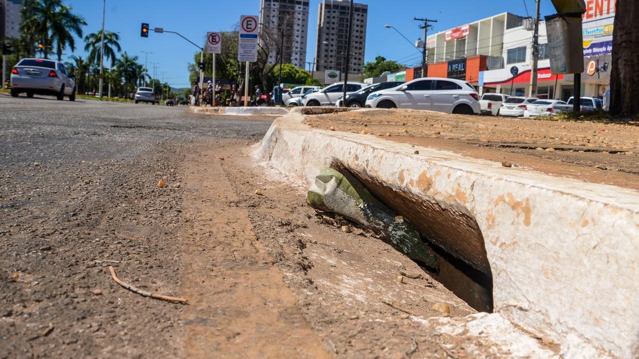Você sabia que a drenagem de águas da chuva na sua rua pode ser prejudicada pelo lixo e veículos mal estacionados?
