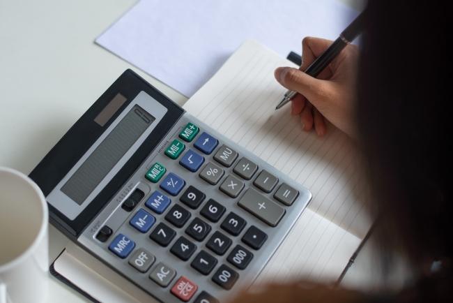 Pesquisa ANEFAC: 87% dos consumidores devem usar 13º salário para pagar dívidas