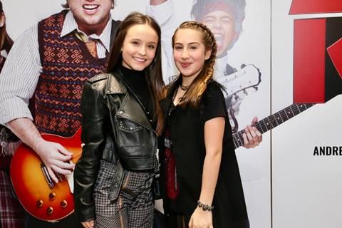 Larissa Manoela e Thiago Abravanel prestigiam estreia de Luisa Bresser e elenco de Escola do Rock – O Musical
