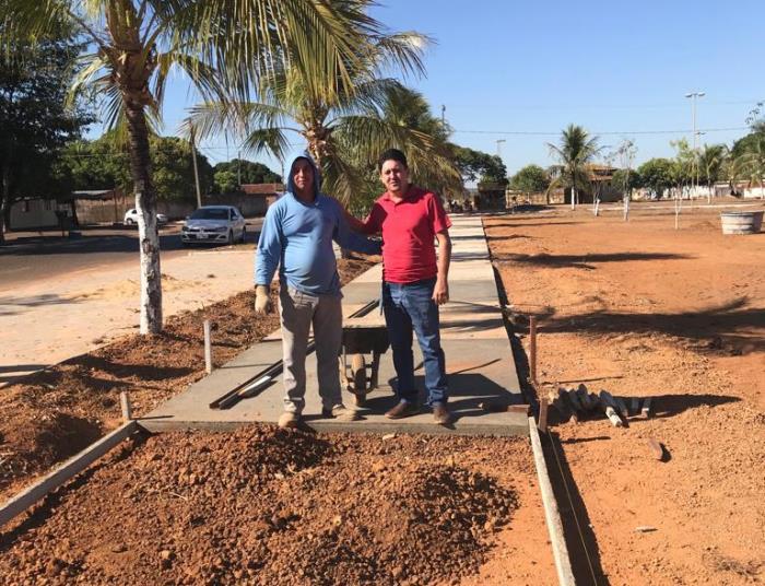 Prefeito Adriano Ribeiro acompanha obras de construção da Praça da Alegria em Barrolândia