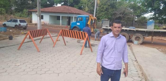 Prefeito de Marianópolis acompanha pavimentação da avenida Água Boa
