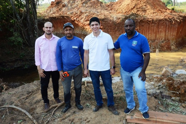 Vice-prefeito Celso Morais acompanha início da construção de galeria na zona rural de Paraíso