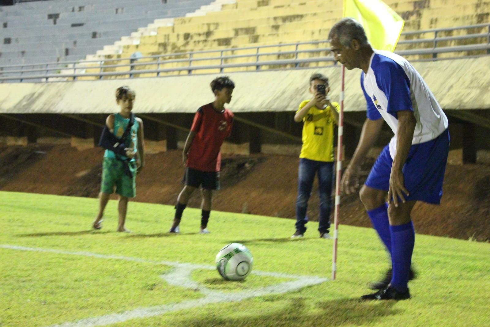 Romário faz quatro gols na 4ª edição do Futebol Solidário; evento beneficente atraiu multidão em Palmas