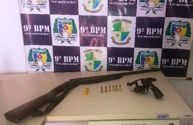 PM apreende duas armas de fogo no povoado de Vila Falcão em Araguatins; suspeito fugiu antes da chegada dos policiais