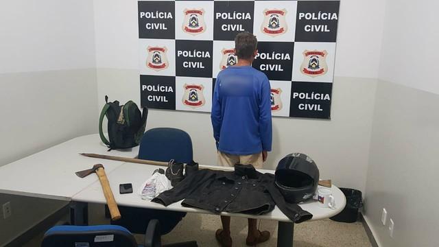 Polícia prende suspeito de matar homem encontrado em cisterna; machado seria arma do crime
