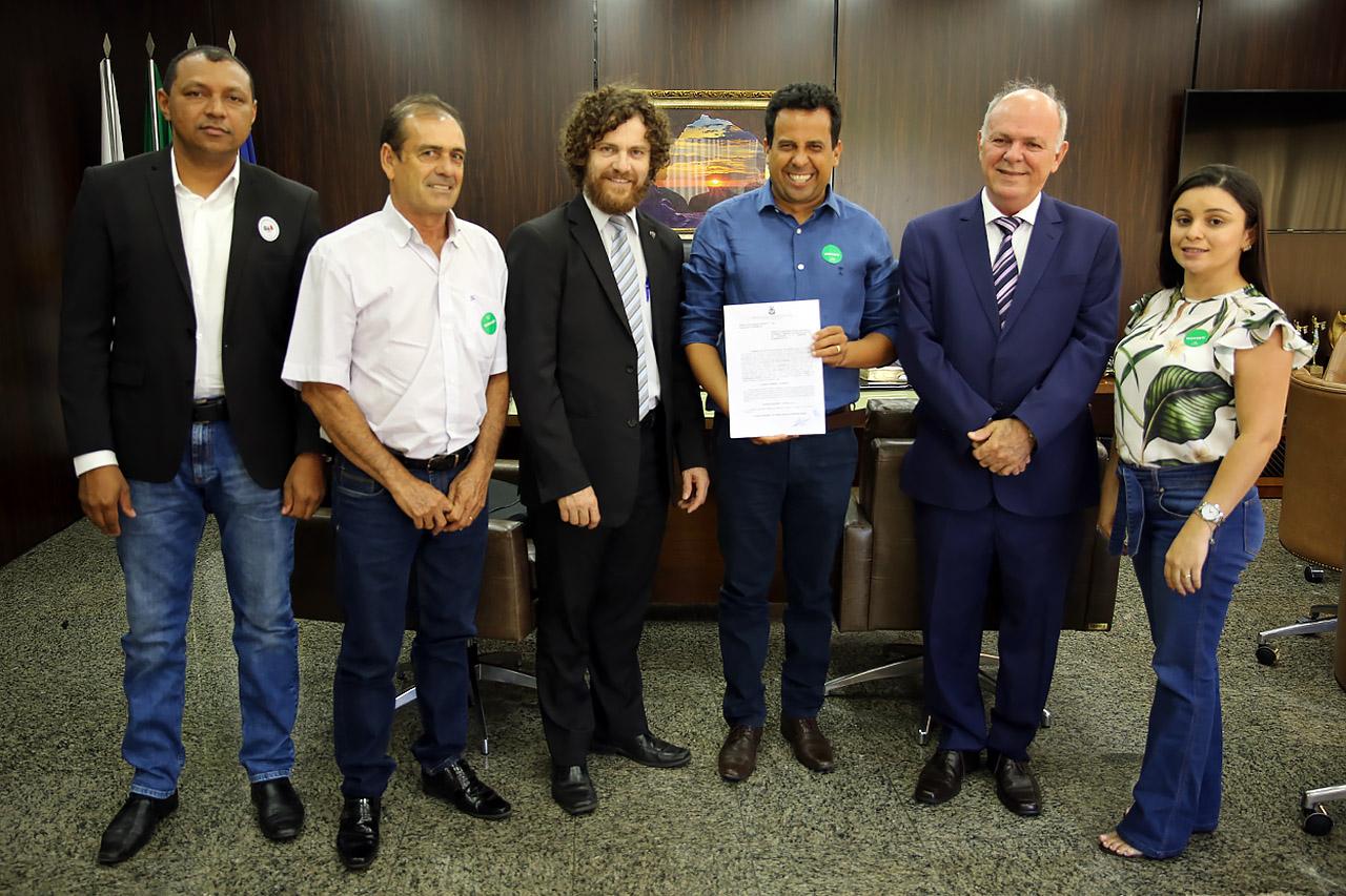 """""""É tudo que precisávamos"""", afirma prefeito de Palmeirópolis ao assinar termo de cooperação para regularização fundiária urbana com o TJTO"""