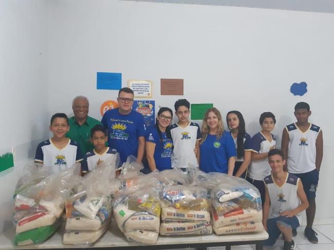 Alimentos arrecadados por alunos da Escola Raio de Sol são doados a instituições assistenciais