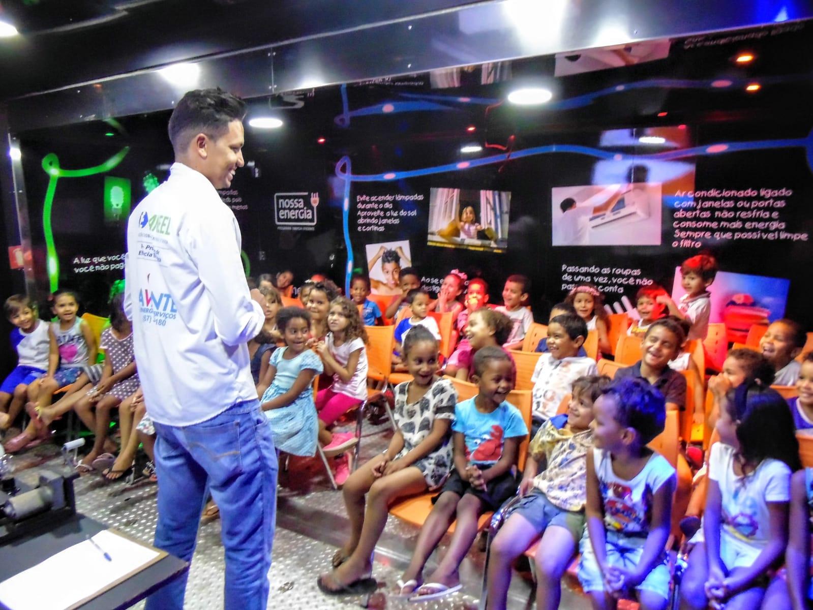 Experimentos, cultura, arte e serviços compõem a bagagem do Caminhão Nossa Energia, em Gurupi