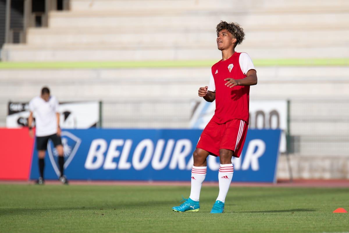 Ex-Corinthians decide jogo em Portugal com gol de peito