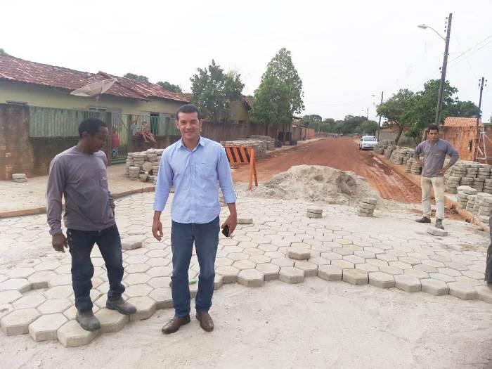 Prefeito de Marianópolis acompanha obras de calçamento de ruas