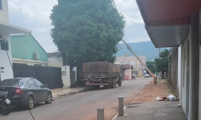 Caminhão arrasta fiação elétrica e fornecimento de energia é interrompido em parte da região central de Paraíso TO