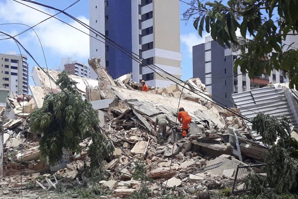 Prefeitura de Fortaleza diz que prédio que desabou foi construído de maneira irregular