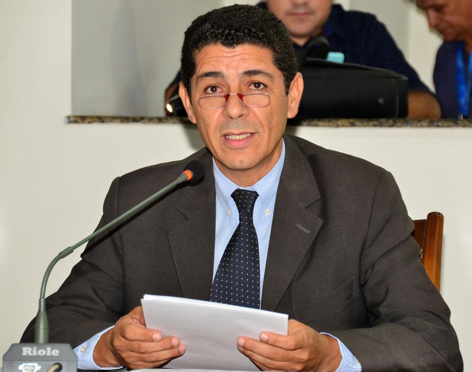 "Valdemar Júnior apresenta projeto de lei que cria o programa ""Amigos da Escola"""