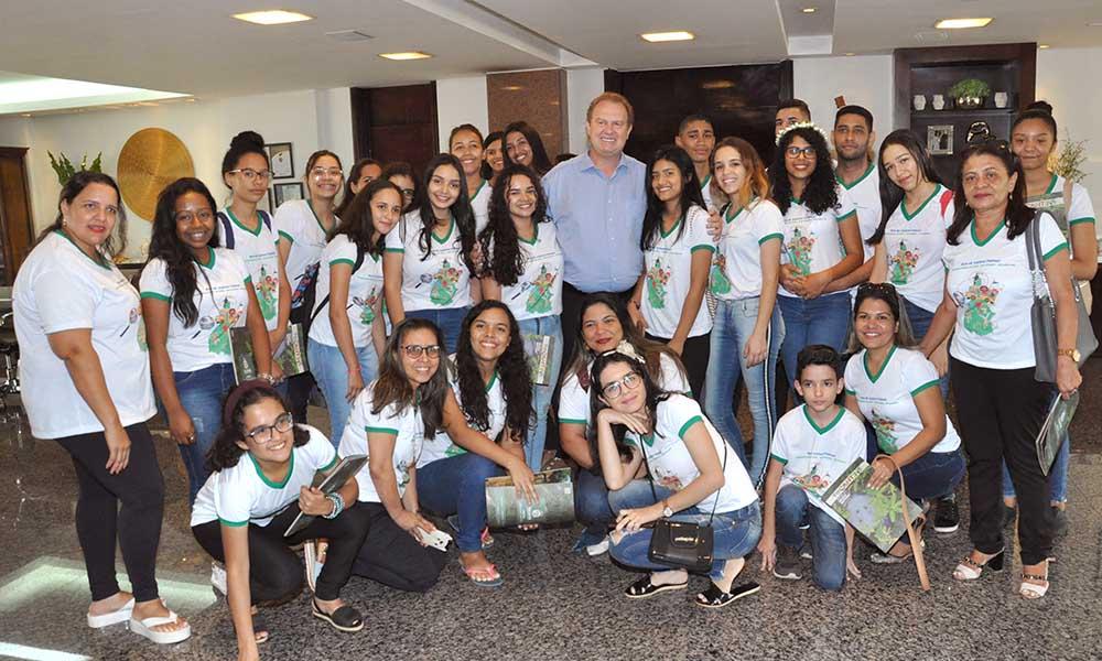 Governador Mauro Carlesse recebe estudantes do Centro de Ensino Médio Santa Rita de Cássia