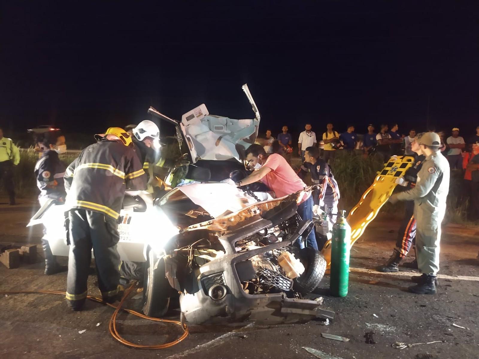 Motorista fica preso às ferragens após batida com caminhão próximo a viaduto da rodoviária de Palmas