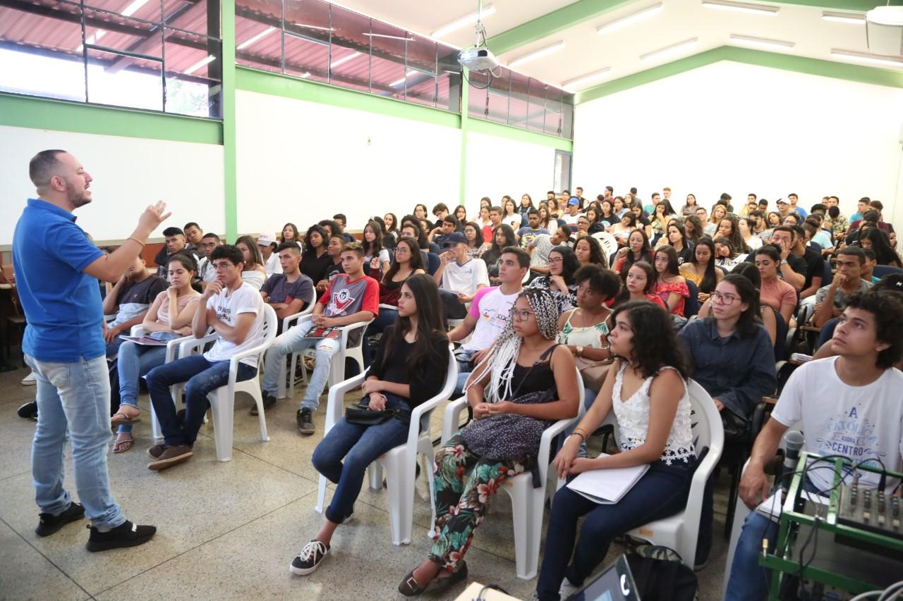 CEM Tiradentes promove revisão dos conteúdos de química para o Enem
