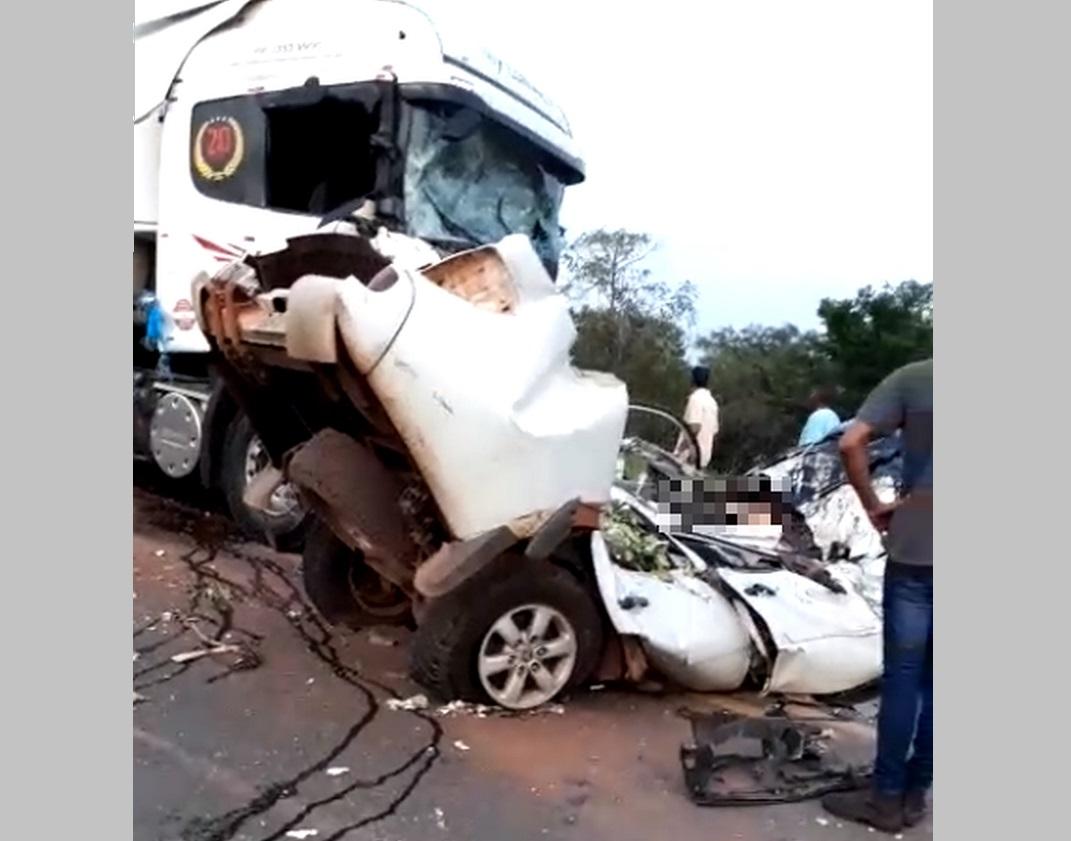 Batida de frente entre caminhonete e caminhão causa morte na BR-153