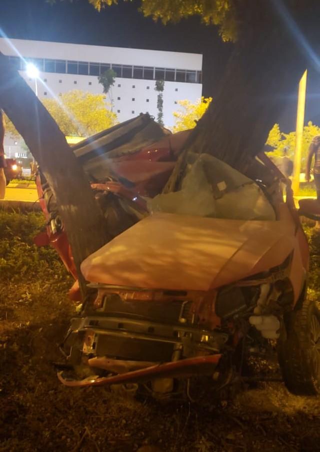 Dois morrem após pick-up bater em árvore na Avenida Teotônio Segurado