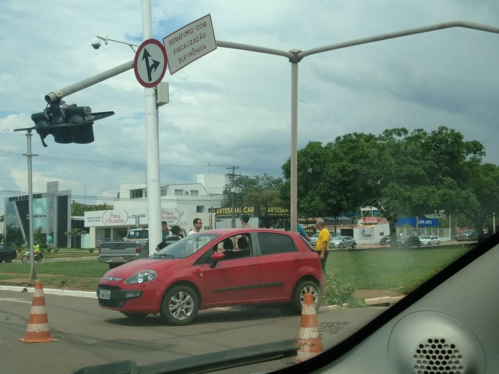Acidente em avenida no centro de Palmas deixa semáforo danificado