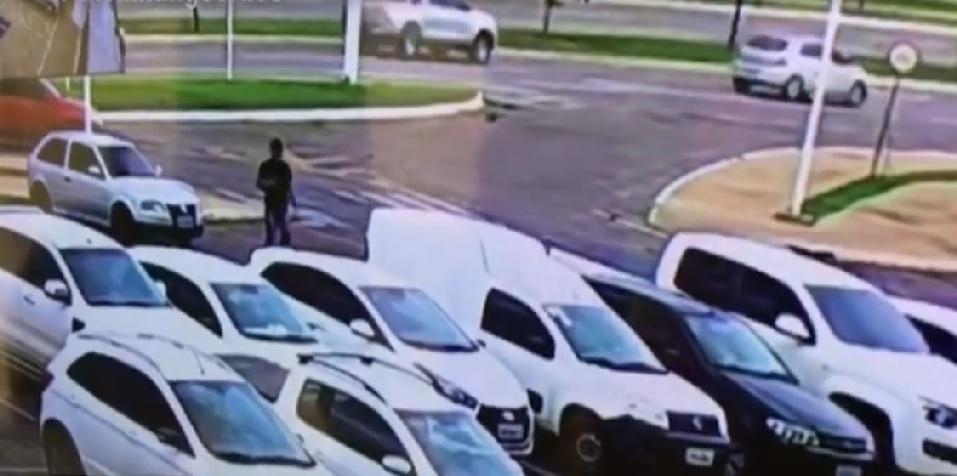 Homem é preso em Palmas após ser flagrado furtando objetos de carro em estacionamento