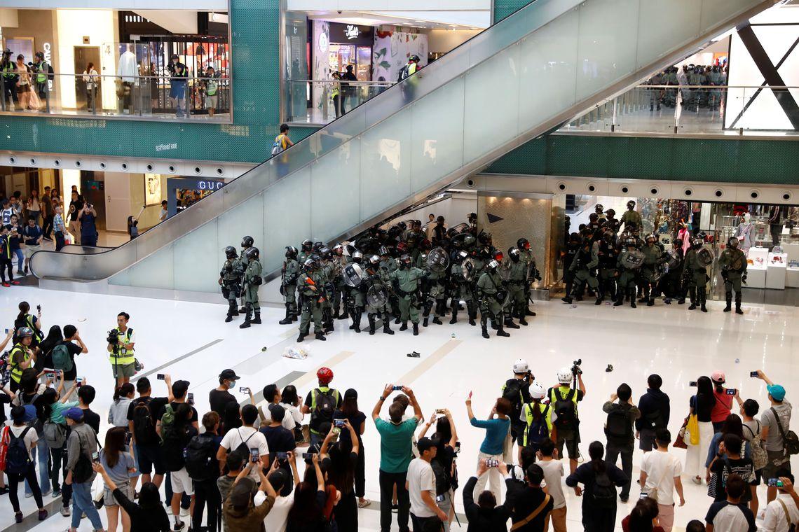 Em Hong Kong, manifestantes recebem ordem para sair de universidade