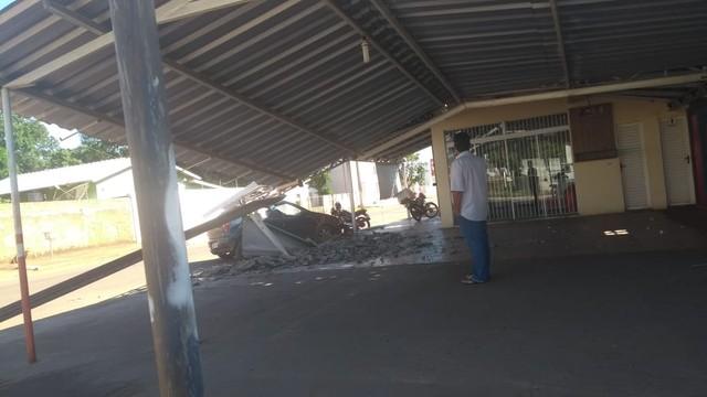 Carro bate em pilastra e destrói telhado de lanchonete no sul do Tocantins