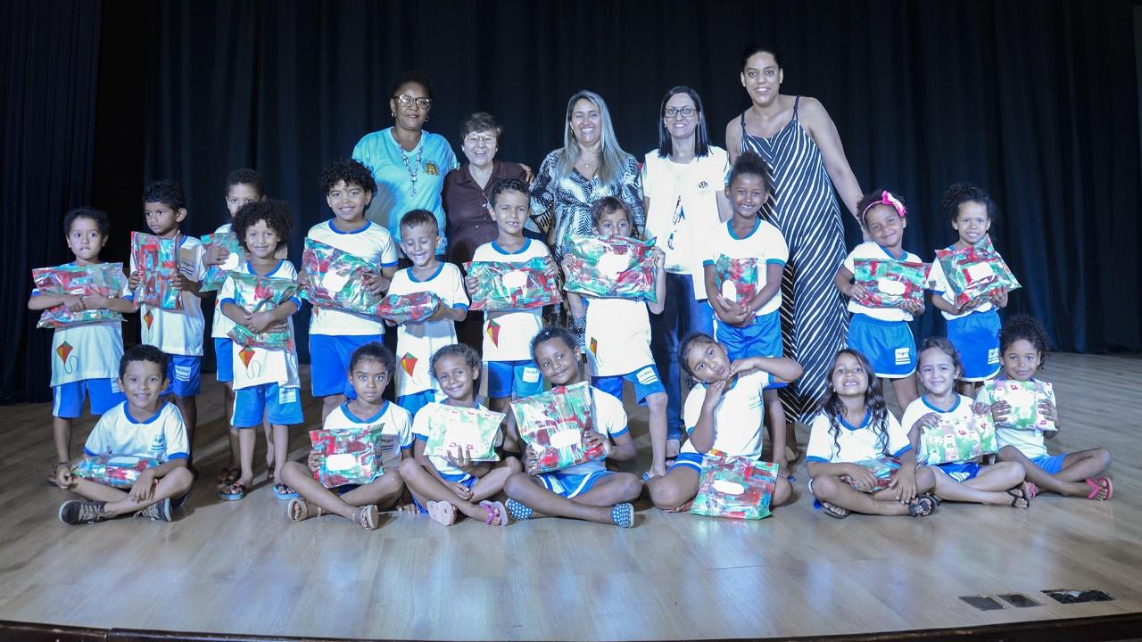 Crianças do Cmei Fontes do Saber recebem presentes de Natal dos alunos do Colégio São Francisco