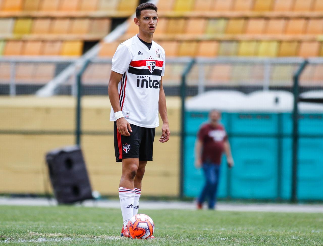 Campeão estadual pelo São Paulo, zagueiro Guilherme Matheus celebra bom desempenho em seu último ano como atleta sub-17 e já foca na próxima temporada