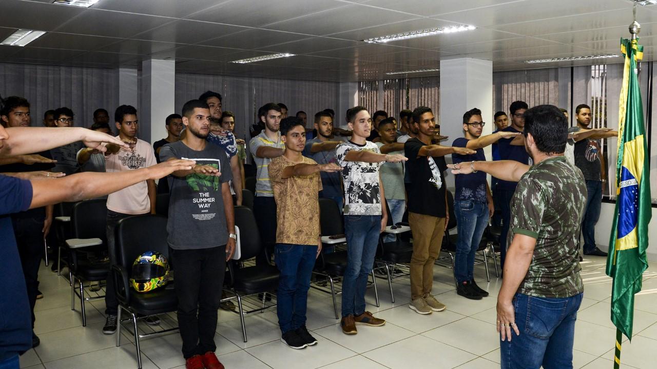 Cerca de 100 jovens recebem certificados de dispensa militar e prestam juramento à Bandeira em Palmas