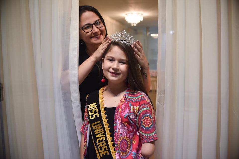 Brasiliense de 10 anos vence preconceito e se torna 'Miss Universo'