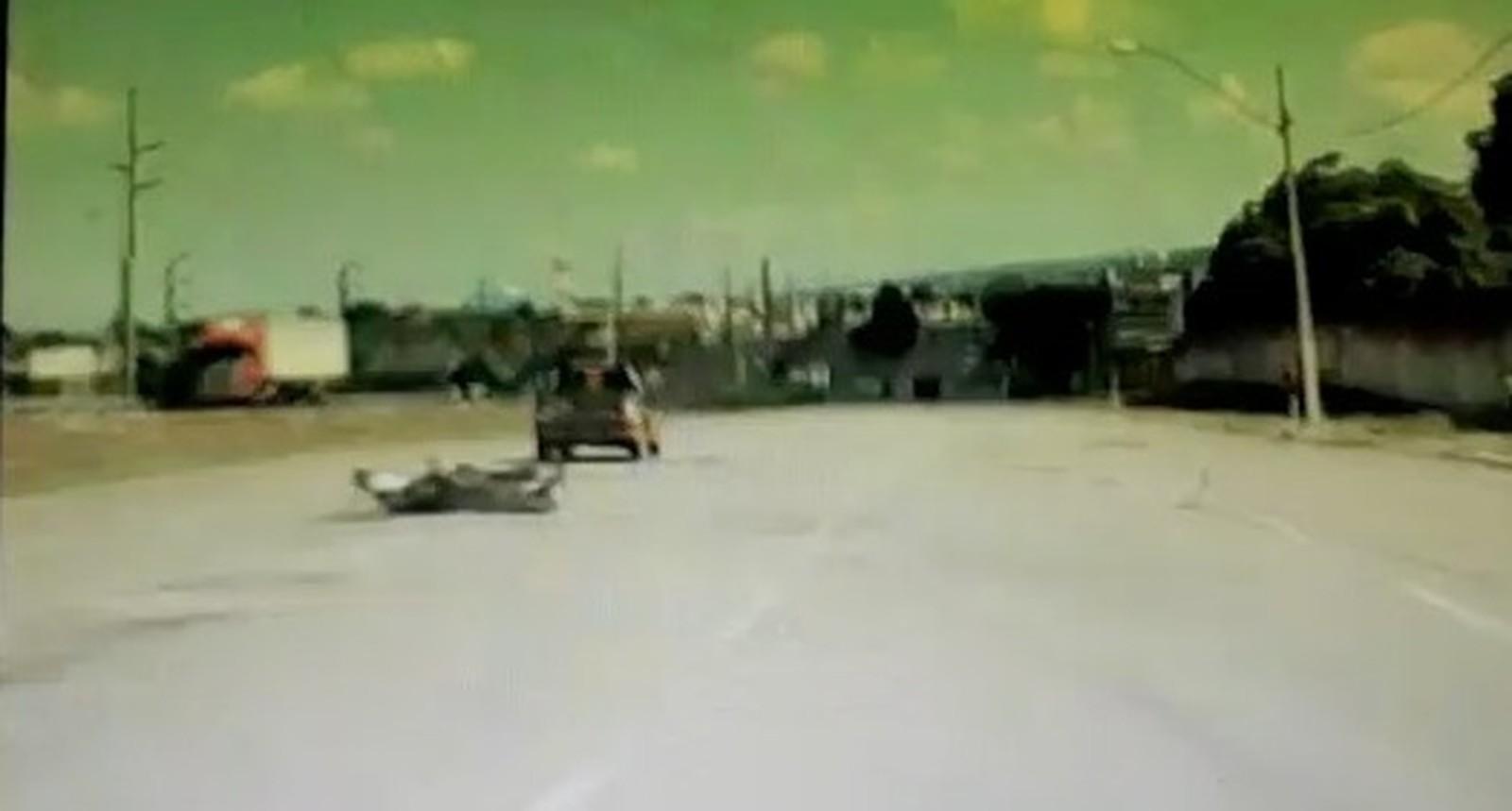 Motorista joga picape em cima de motociclista na marginal da TO-050 e foge sem prestar socorro