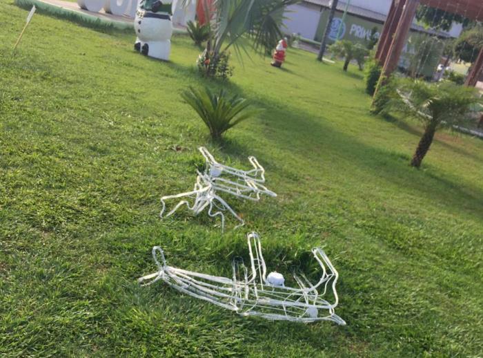 Vândalos danificam decoração natalina da Praça José Torres em Paraíso