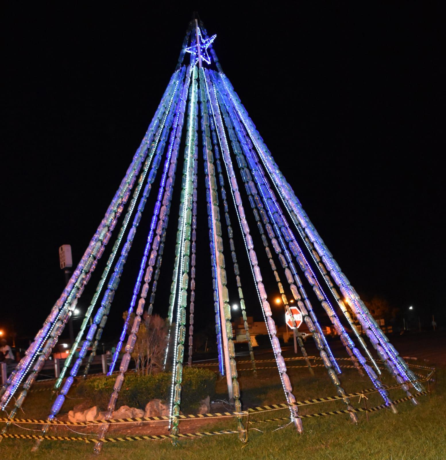 Árvore de Natal de garrafa pet com 10 metros é novidade em Pugmil