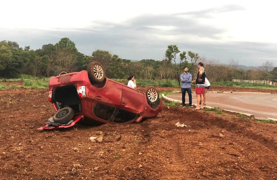 Carro desliza ao fazer rotatória e acaba tombando em Palmas