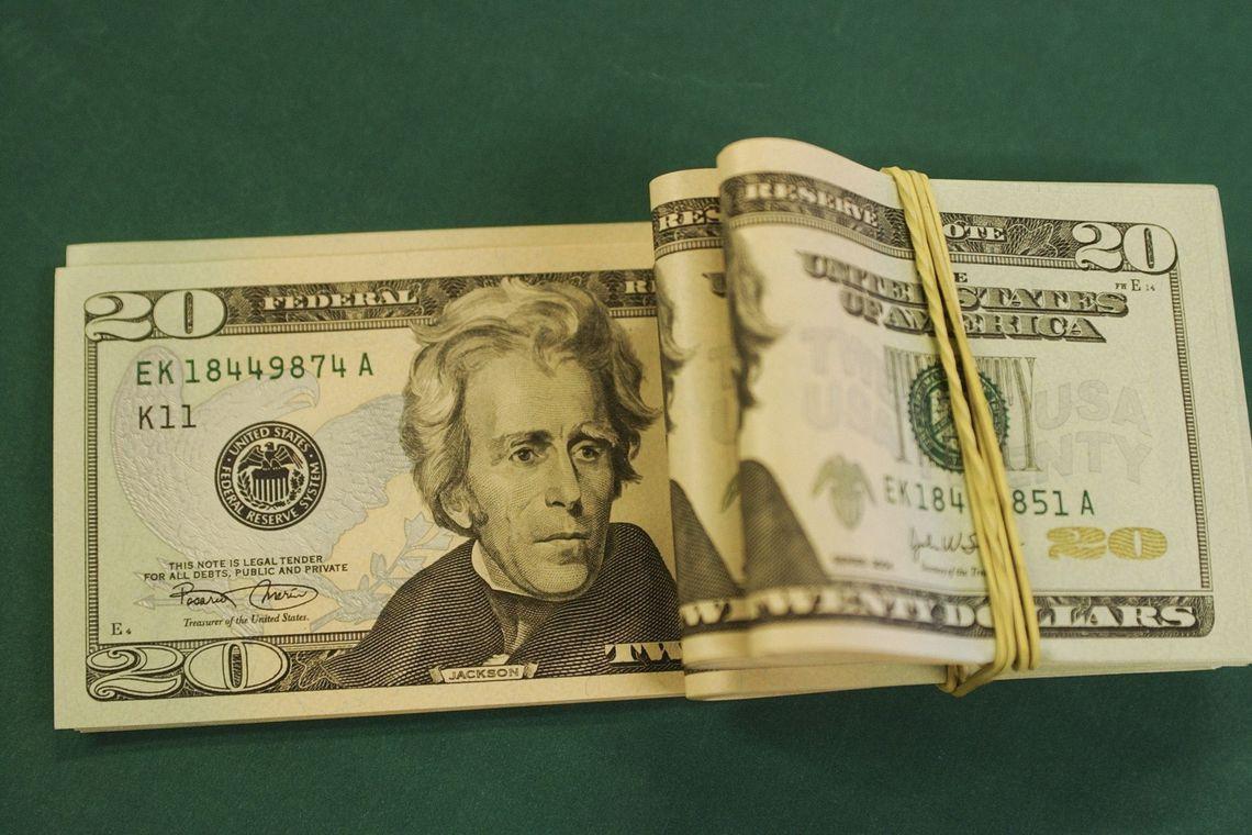 Dólar fecha em queda e volta à casa de R$4,16 com atenção a política monetária